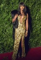 Naomi Campbell investe em decotão e fenda para prêmio com famosos