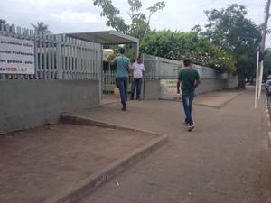 Candidatos chegam para fazer a prova na escola escola estadual Lobo D'Almada (Foto: Valéria Oliveira/ G1 RR)