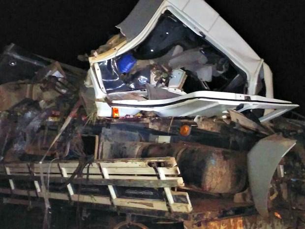 Motorista do caminhão baú morreu no local, condutor do ônibus foi levado para o hospital municipal de Ji-Paraná (Foto: PRF/Divulgação)