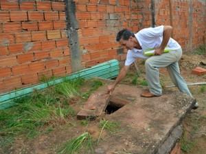 Lixo doméstico e caixas de água no chão foram considerados os principais criadouros dos mosquitos  (Foto: Magda Oliveira/G1)