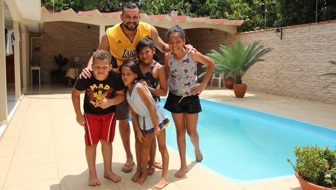 Weverton com os sobrinhos (Foto: João Paulo Maia)