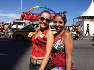 As amiga heterossexuais Adriana e Ennyr foram comemorar o título do Fluminense na Parada Gay (Foto: Alba Valéria Mendonça/ G1)