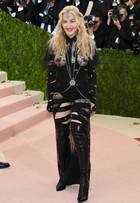 Madonna usa look com bumbum à mostra no baile de gala do MET