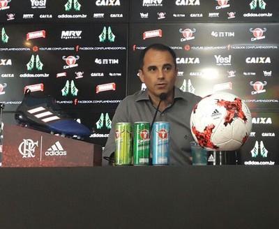 Rodrigo Caetano concedeu coletiva nesta segunda-feira e tratou do pênalti a favor do Vasco (Foto: Bruno Giufrida/GloboEsporte.com)