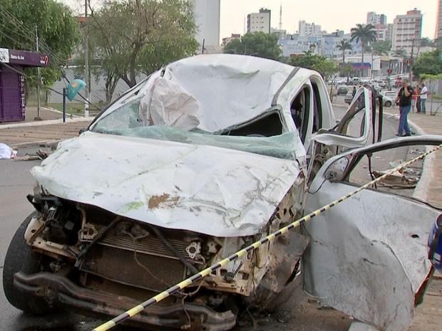 Caminhonete derrubou 2 postes e um ponto de ônibus na Avenida do CPA em Cuiabá (Foto: Reprodução/TVCA)