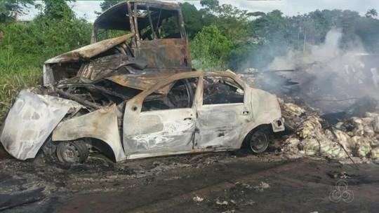 Carro bate de frente com carreta e motorista morre carbonizado na BR-174, em RR