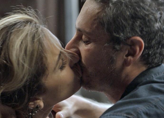 Romero e Atena se beijam (Foto: TV Globo)