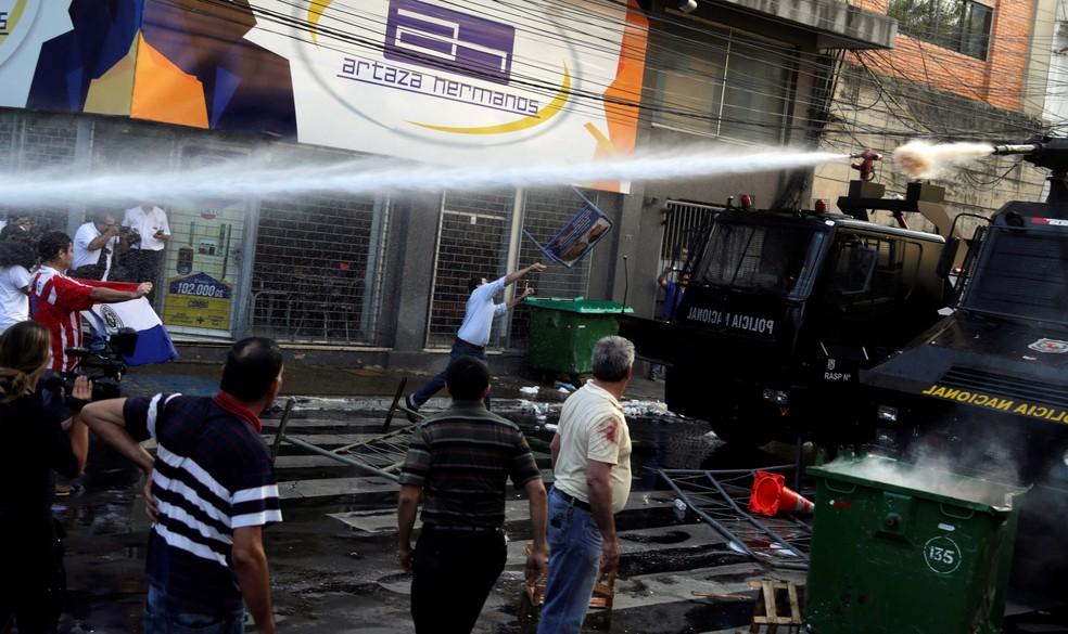 Polícia disparou jatos de água contra manifestação contrária à aprovação da reeleição presidencial nesta sexta-feira (31) em Assunção (Foto: REUTERS/Jorge Adorno)