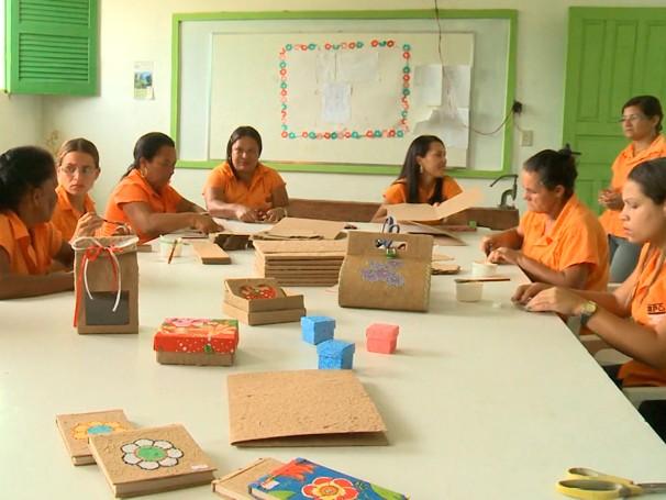 Um grupo de mulheres artesãs trabalham na produção de bolsas, caixas e enfeitos reciclados.  (Foto: Globo)