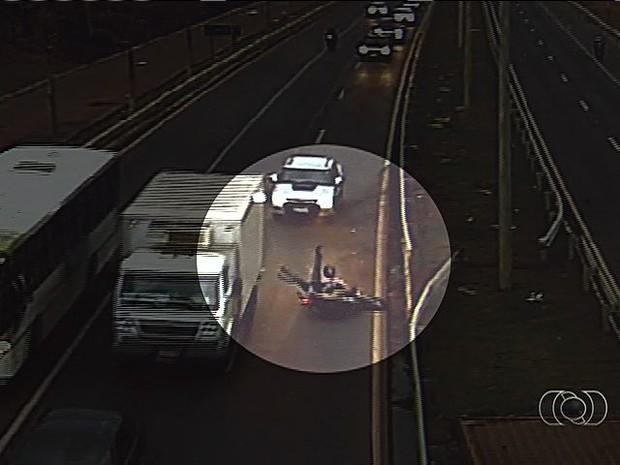 Câmera registra queda de motociclista após imprudência, em Goiás (Foto: Reprodução/ TV Anhanguera)
