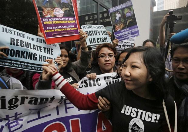 Erwiana Sulistyaningsih chega a corte para o julgamento de sua ex-patroa, condenada por maus tratos contra ela, nesta sexta-feira (27) em Hong Kong (Foto: Vincent Yu/AP)