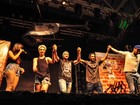 Não está rolando? Sterblitch sobe em palco de show de Anitta em Guarapari