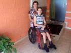 Sem cuidadora em escola estadual, cadeirante não tem aulas há 24 dias