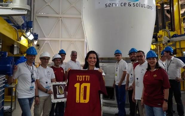 BLOG: Roma lança ao espaço réplica da camisa da despedida de Totti