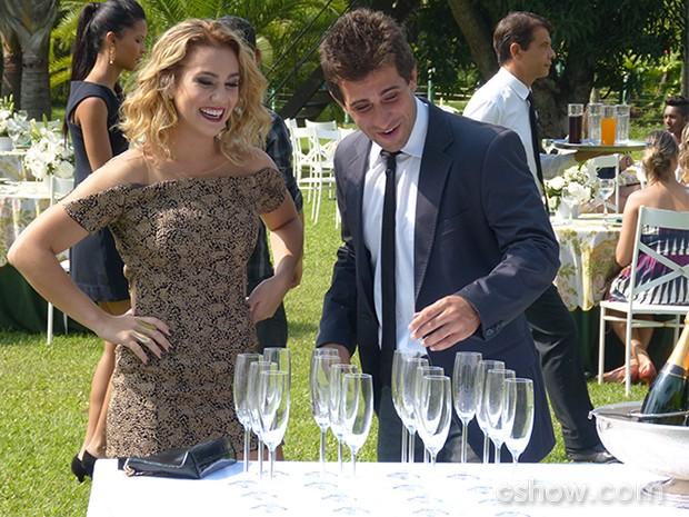 Meg e Vinícius parecem se divertir durante a festa (Foto: Malhação / TV Globo)