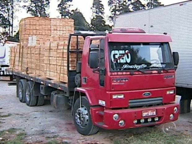 Dois caminhões e cinco carrocerias estavam no pátio de uma transportadora (Foto: Reprodução/TV TEM)