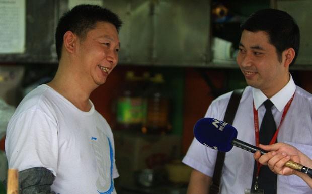 Sósia de presidente chinês dá entrevista à emissora de TV (Foto: AFP)