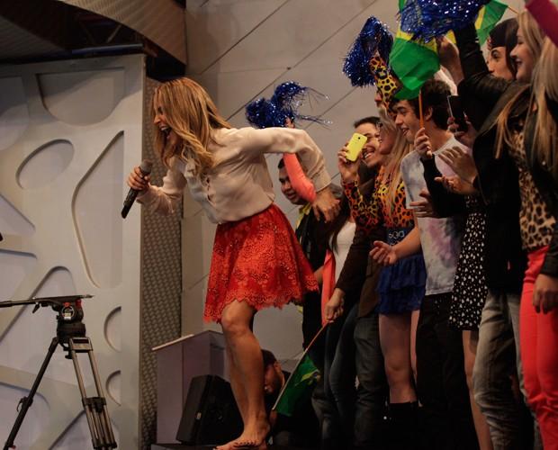 Claudia Leitte ficou descalça e se juntou à galera da plateia (Foto: Raphael Dias / TV Globo)