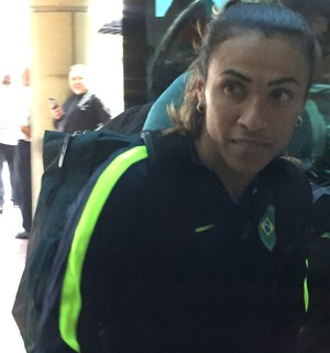 Marta na chegada ao hotel (Foto: Cíntia Barlem)