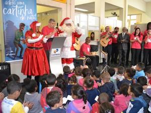 Coral dos Correios fez apresentação na unidade de Mogi das Cruzes durante  visita do Papai Noel (Foto: Maiara Barbosa/ G1)