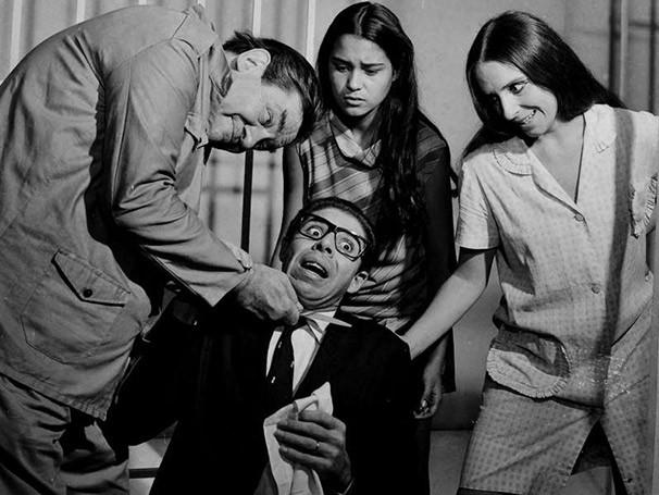 Cena da comédia 'Os Sete Gatinhos', com produção de Milton Rodrigues, irmão de Nelson (Foto: CEDOC)