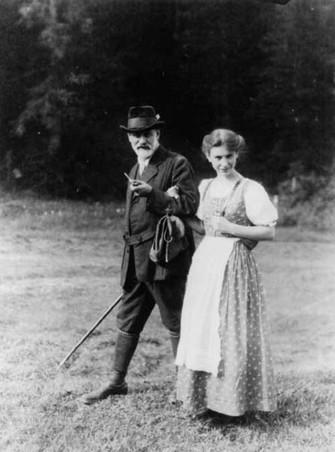 Anna e seu pai Sigmund Freud, em foto de acervo da família em setembro de 1913 (Foto: Reprodução/Wikipédia)