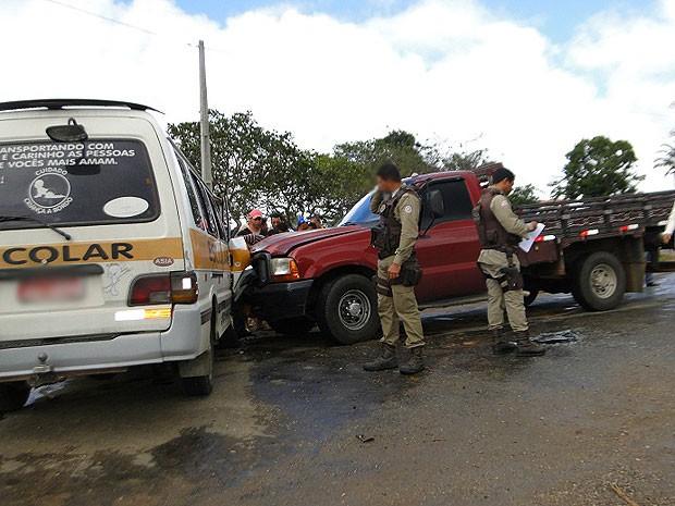 Colisão entre van e caminhonete na BR-420, próximo a Jaguaquara. (Foto: Marcos Frahm / Blog Marcos Frahm)