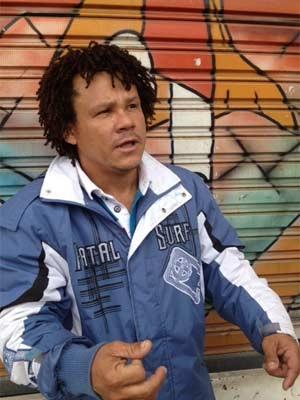 Pintor Francisco Feitosa busca filho preso em desabamento (Foto: Tahiane Stochero)