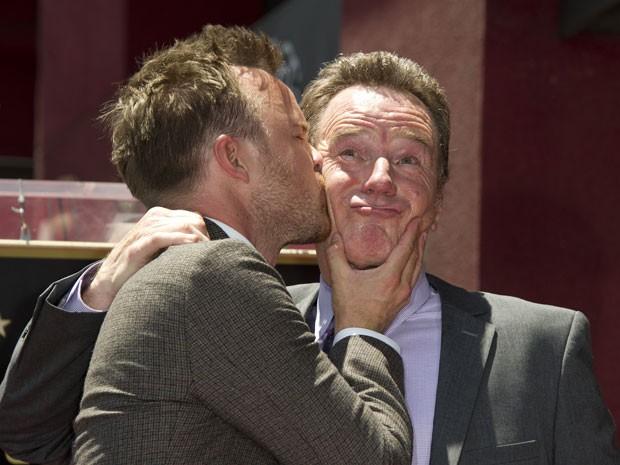 O ator Aaron Paul, o Jesse de 'Breaking bad', beija o colega de série Bryan Cranston, que vive Walter White, durante cerimônia na Calçada da Fama de Hollywood (Foto: Robyn Beck/AFP)