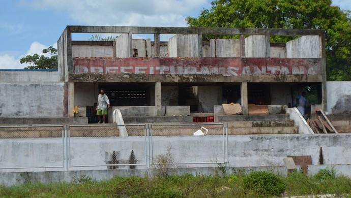 Abandonado! Estádio Vilelão em Santana é ocupado por sem-tetos (Foto: Jonhwene Silva/GE-AP)
