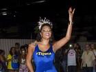 De look curtinho, Juliana Alves enfrenta chuva em ensaio de rua