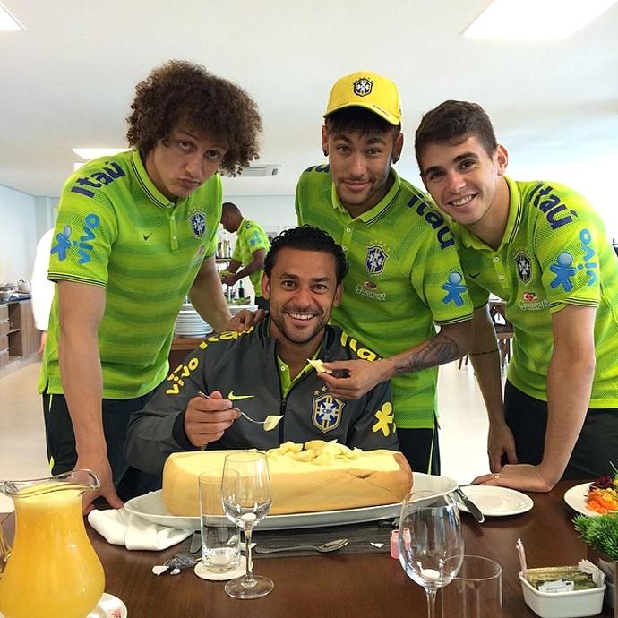 Fred comendo queijo com david luiz, neymar e oscar (Foto: Reprodução / Instagram)