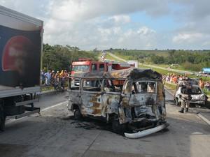 Trânsito na BR-101, sentido Pernambuco-Paraíba, ficou interdidato  (Foto: Walter Paparazzo/G1)