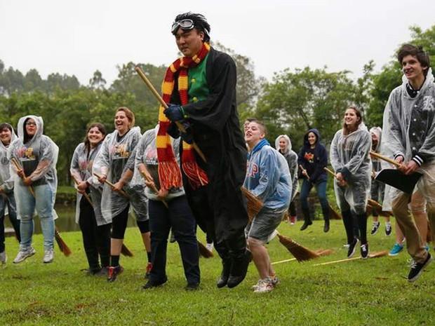 O professor de voo da Escola Magia e Bruxaria, Orion Lee, durante evento teste (Foto: Escola de Magia e Bruxaria/Divulgação)
