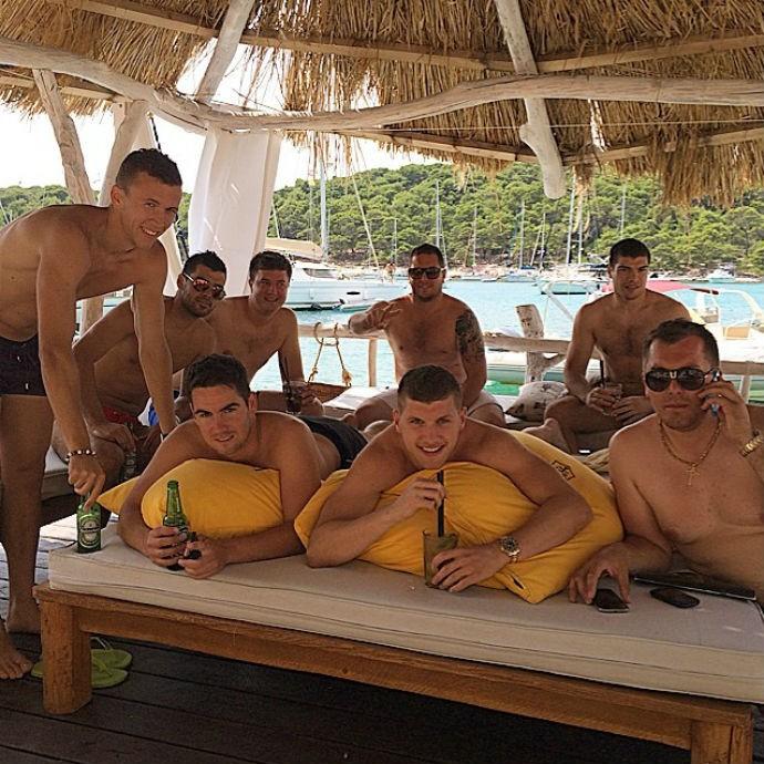 Ante Rebic e Ivan Perisic posam com amigos na ilha de Hvar (Foto: Reprodução/Instagram)