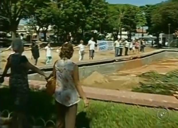 Moradores de José Bonifácio, SP, prostetam contra criação de estacionamento (Foto: Divulgação / Tv Tem)