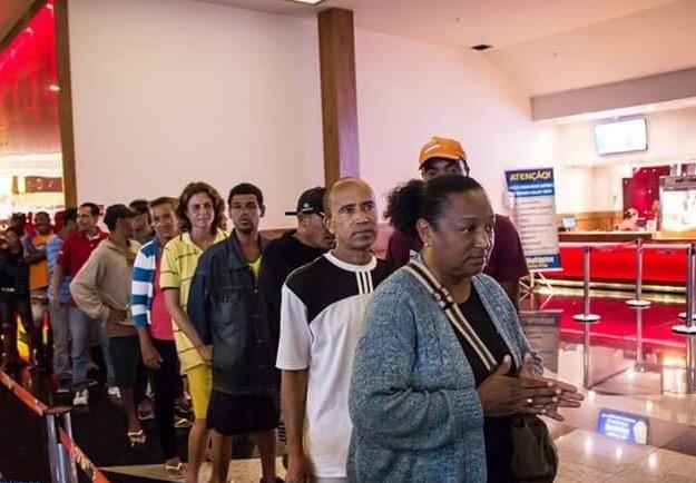 Mais de 40 moradores de rua foram levados pela primeira vez ao cinema (Foto: Alex Souza / CEI Cabo Frio)