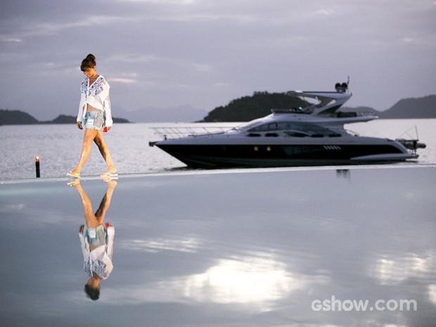 Uau! Giovanna anda na borda da piscina em linda paisagem de fim de dia (Foto: Felipe Monteiro/ TV Globo)