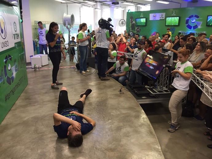 Campeão do Just Dance se rende ao cansaço e a torcida vibra com a disputa (Foto: Gabriel Morelli/G1)