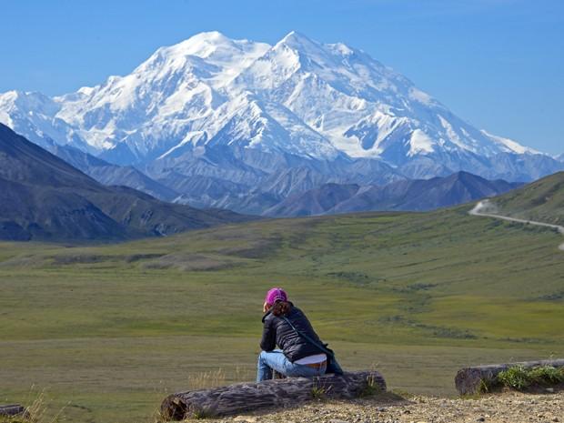 Em foto de 3 de agosto, mulher observa o Monte Mckinley, que terá seu nome oficialmente mudado para Monte Denali, no Alasca (Foto: Andy Newman/Holland America Line via AP)