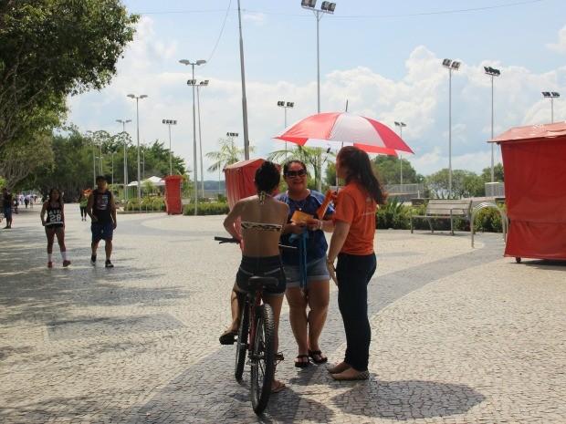 Voluntários abordaram pedestres com informativos e amostras de protetor solar