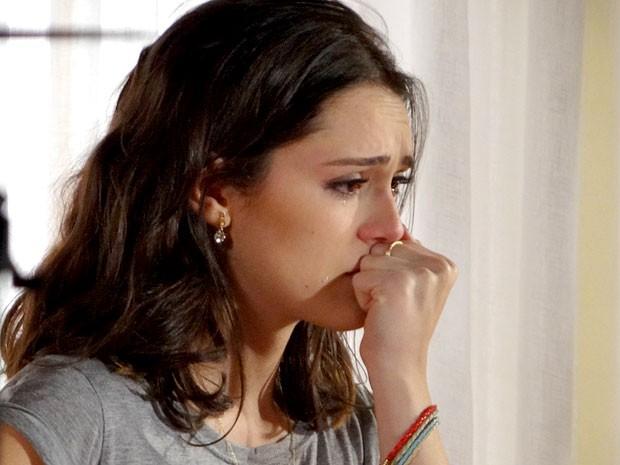 Cida não consegue segurar a emoção (Foto: Cheias de Charme / TV Globo)