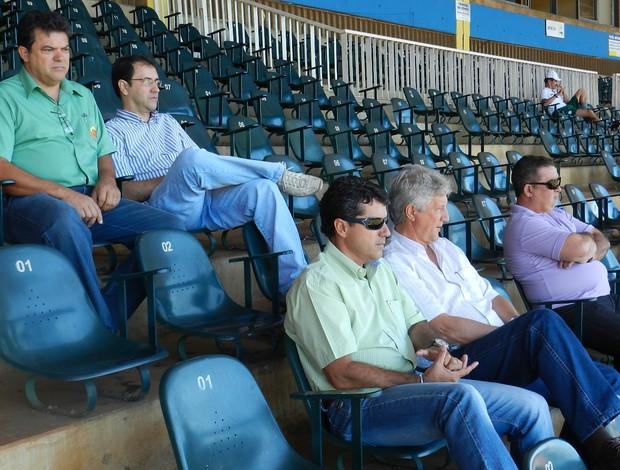 Presidente e diretores do Uberlândia Esporte acompanham treino do Verdão no Sabiá (Foto: Fabiano Rodrigues/GLOBOESPORTE.COM)