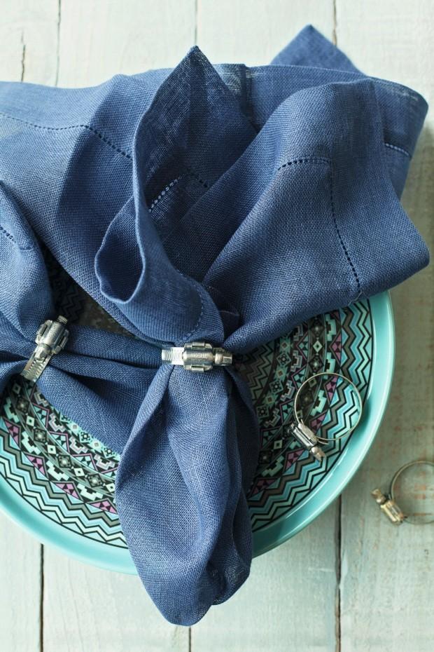 Prático. Braçadeiras metálicas ganham um novo – e charmoso! – uso. Guardanapo da Valencien (Foto: Casa e Comida)