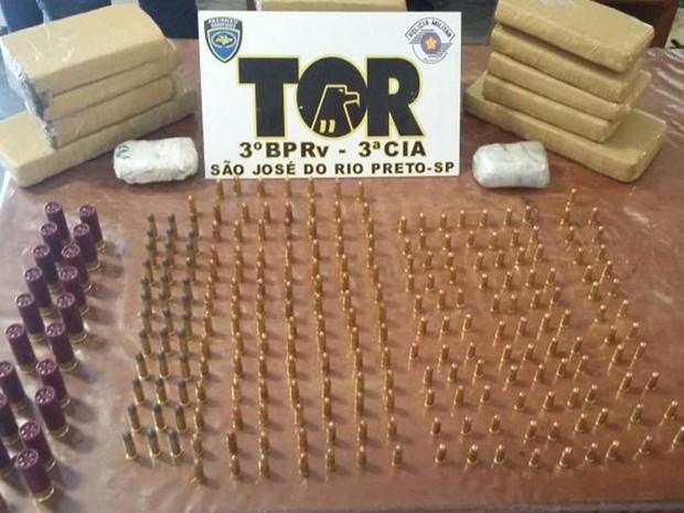 Munições são de uso exclusivo do exército (Foto: Divulgação/ Polícia Rodoviária)