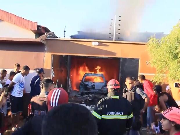 Avião caiu em cima de residência e pegou fogo em seguida (Foto: Reprodução / TV Mirante)