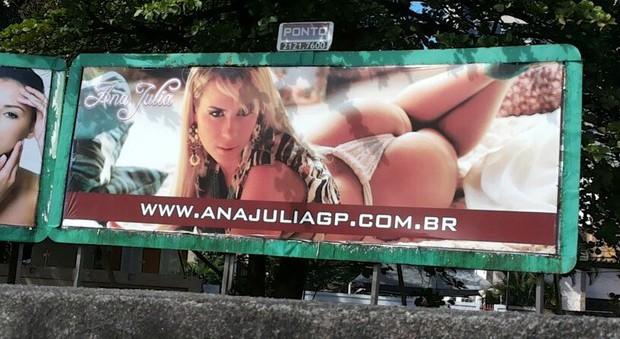 Ana Júlia utilizou outdoor para divulgar trabalho como acompanhante (Foto: Reprodução/ Whatsapp)