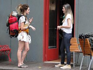 A argentina fala com Fatinha no hostel