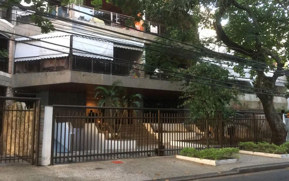 Agentes também estão em apartamento da Rua Zaco Paraná, número 45, na Barra da Tijuca (Foto: Danilo Pousada / TV Globo)