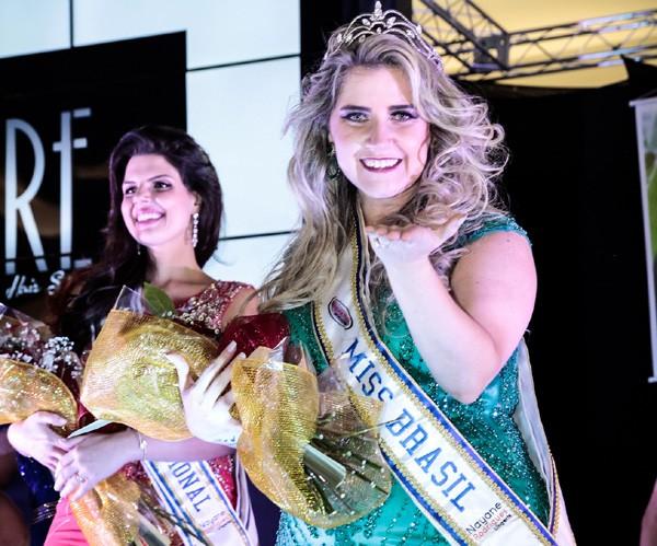 Aline com a faixa e coroa de Miss Brasil Plus Size (Foto: Ademir de Jesus)